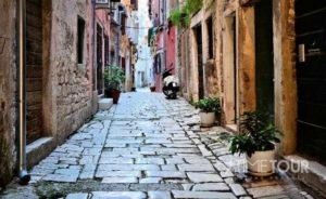 Wycieczka firmowa do Chorwacji - malownicza uliczka w Rovinij