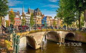 Wycieczka szkolna do Amsterdamu - most nad kanałem