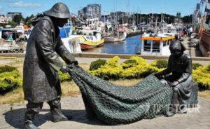 Wycieczka szkolna do Kołobrzegu - pomnik rybaków i port rybacki