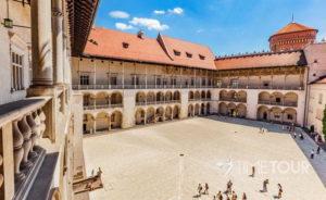Wycieczka szkolna do Krakowa - dziedziniec zamku na Wawelu