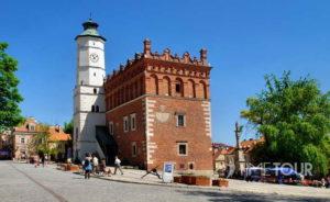 Wycieczka szkolna do Sandomierza - Rynek z ratuszem