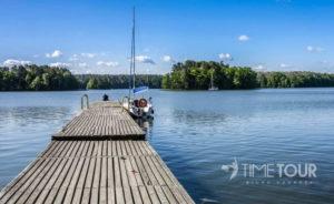Wycieczka szkolna na Warmię i Mazury - pomost nad jeziorem