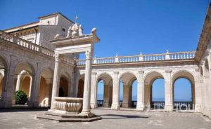 Wycieczka szkolna do Włoch - klasztor na Monte Cassino