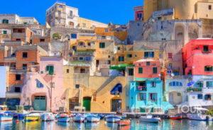 Wycieczka szkolna do Włoch - Procida koło Neapolu, kolorowe domki