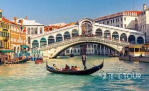 Wycieczka szkolna do Włoch - Most Rialto i gondola w Wenecji