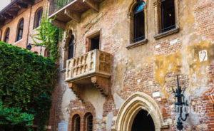 Wycieczka szkolna do Włoch - balkon Julii w Weronie